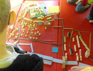 """Les ateliers permettent aux jeunes d'expérimenter par eux-même (ici, Sombernon avec la maquette de l'atelier """"Evolution de la ville"""") CC BY PAH Auxois"""